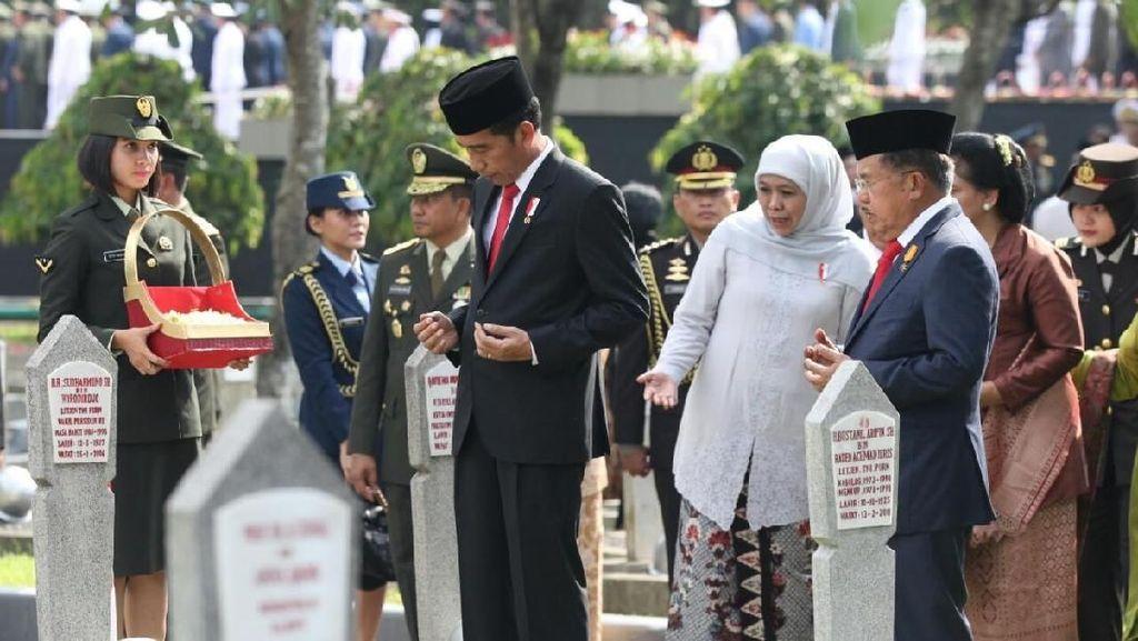 Potret Saat Jokowi-JK Tabur Bunga di TMP Kalibata