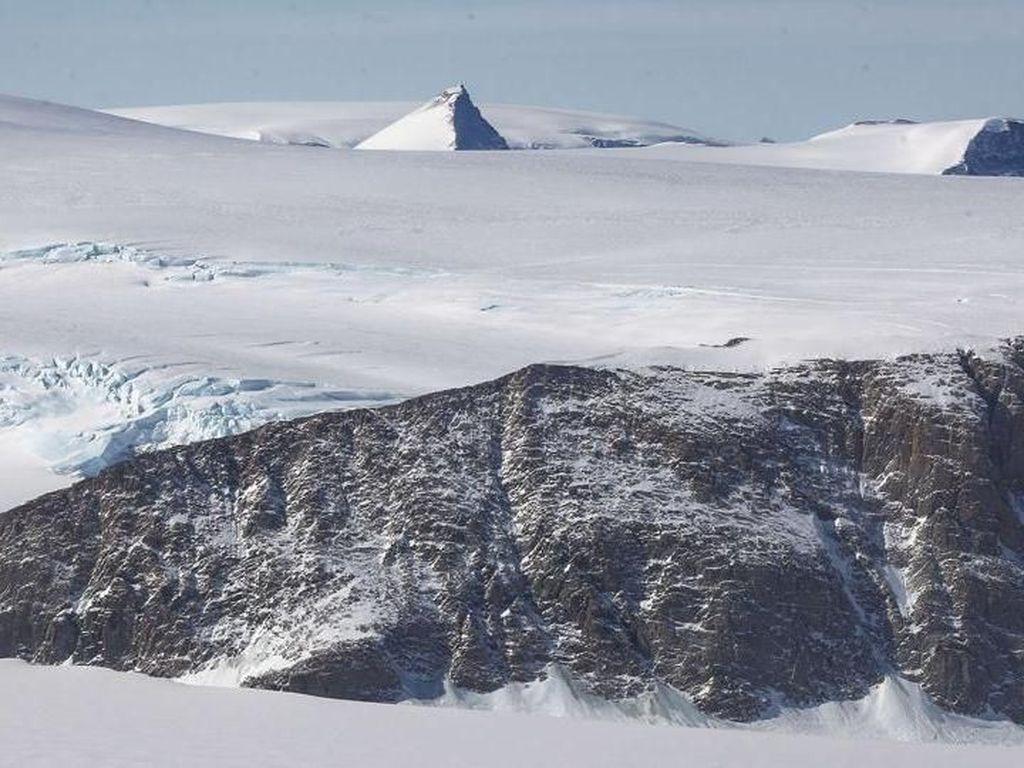 Mengapa Pesawat Dilarang Terbang Melintasi Antartika?