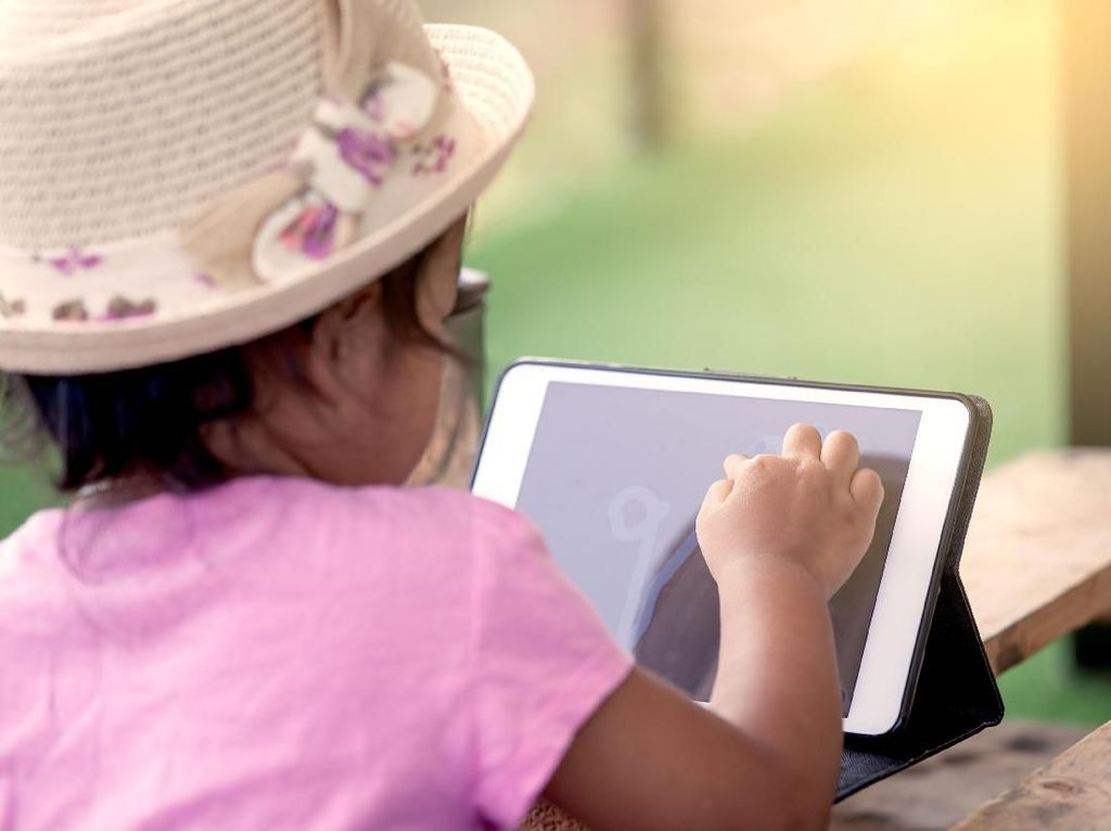 Cara Novita Angie Batasi Gadget pada Anaknya