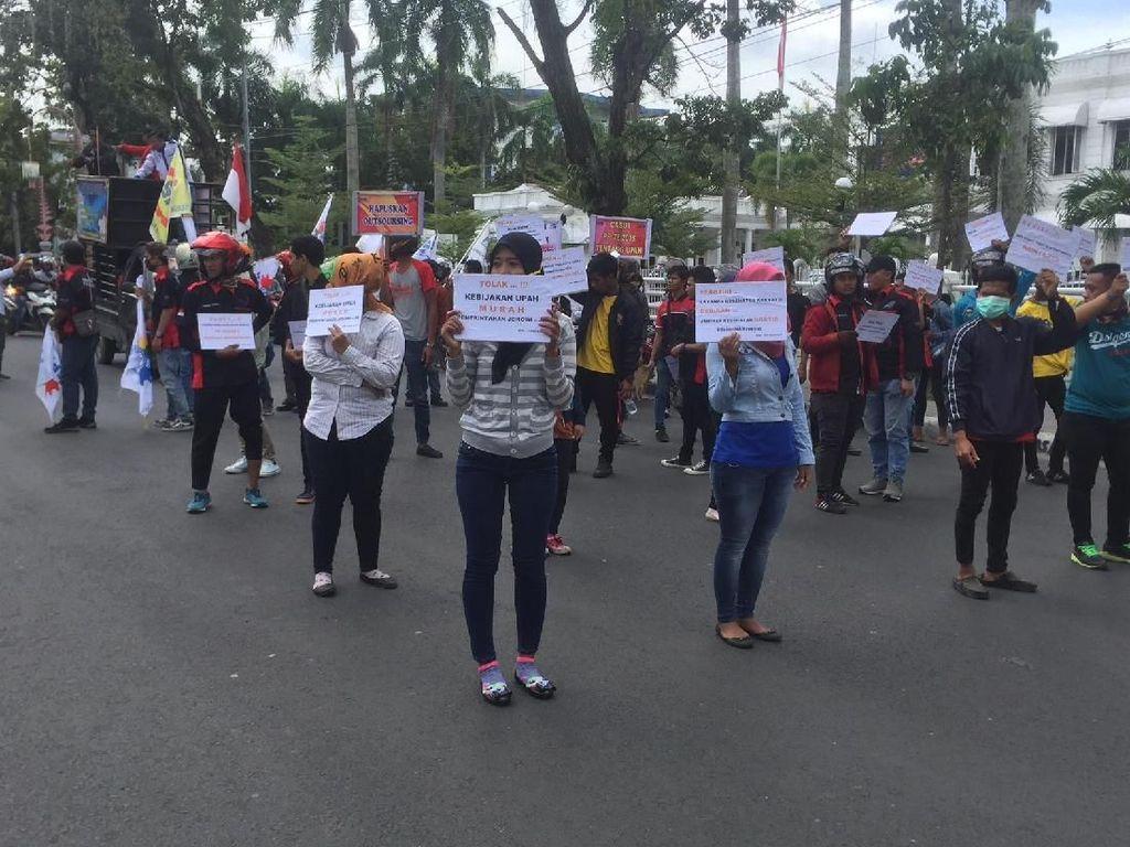 Ratusan Buruh di Sumut Demo Tolak UMP Murah