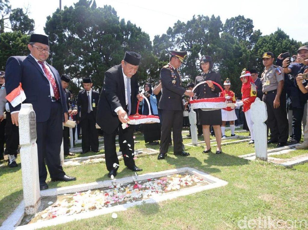 Hari Pahlawan, Aher dan Deddy Mizwar Tabur Bunga di TMP Cikutra