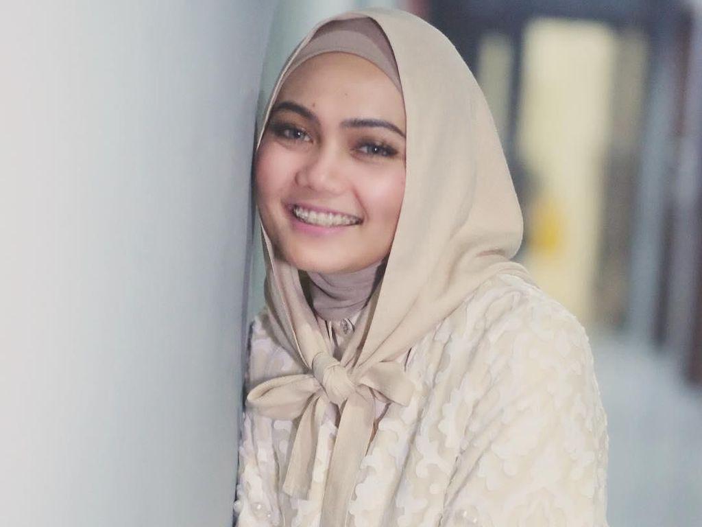Foto: 10 Gaya Hijab Cantik Rina Nose Sebelum Lepas Jilbab
