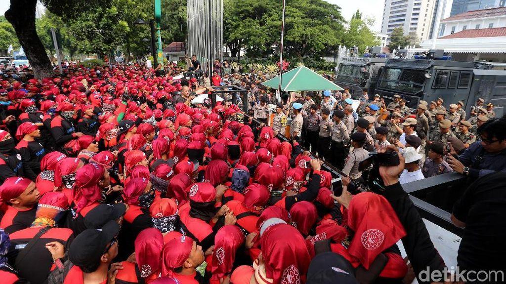 Gelombang Buruh Demo Kantor Anies-Sandi