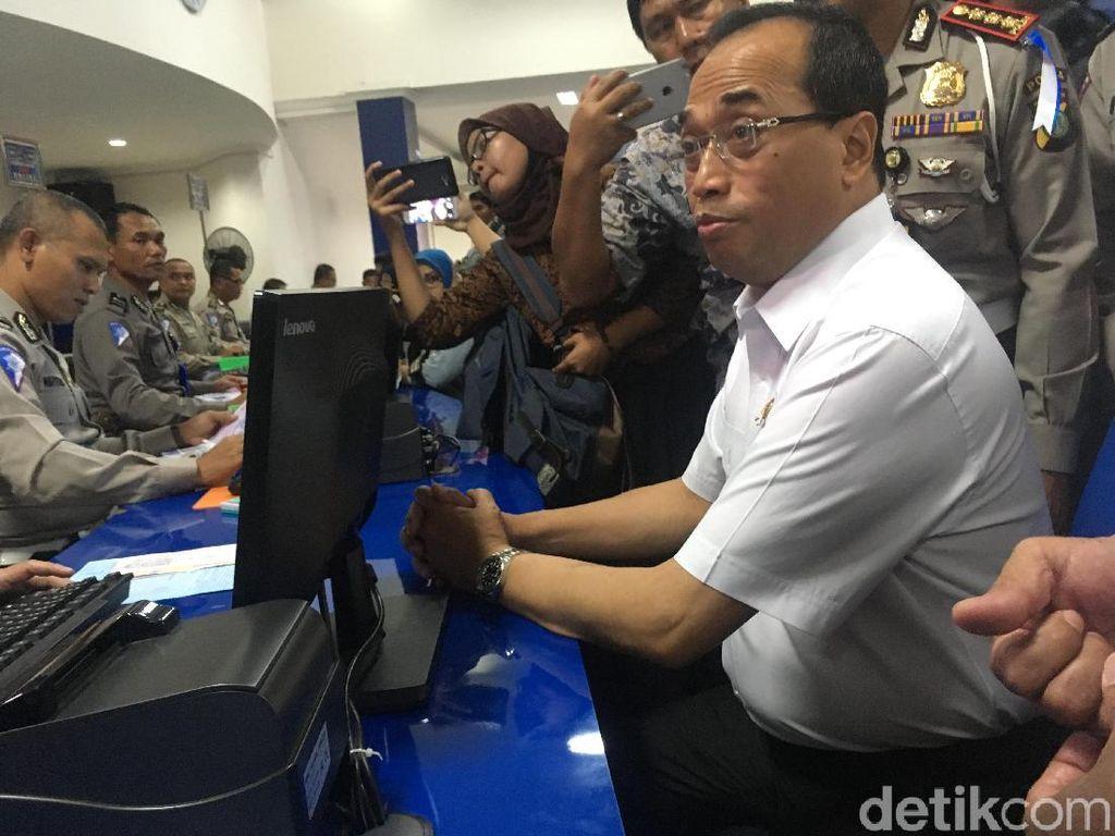 Sopir Taksi Online Tak Ada SIM A Umum, Menhub: Nggak Boleh Beredar