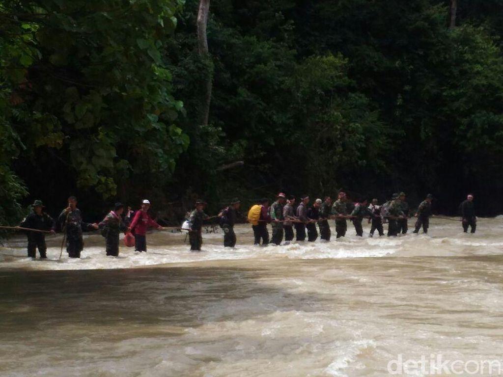 Prajurit Aceh Rela Tembus Hutan demi Upacara di Makam Cut Meutia