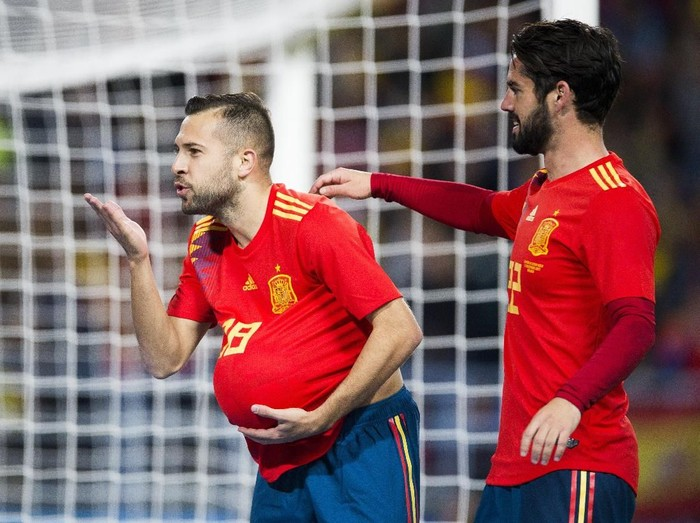 MALAGA, SPAIN - NOVEMBER 11:  Jordi Alba of Spain celebrates with his teammate Isco Alarcon of Spain after scoring the opening goal during the international friendly match between Spain and Costa Rica at La Rosaleda Stadium on November 11, 2017 in Malaga, Spain.  (Photo by Aitor Alcalde/Getty Images)