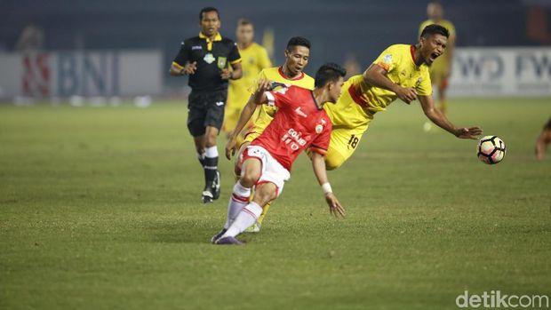 Evan Dimas saat menghadapi Persija Jakarta di Stadion Patriot Bekasi, Minggu (12/11/2017).