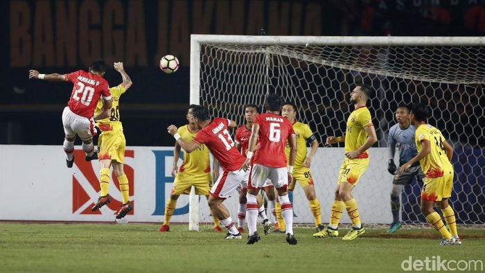Bhayangkara FC saat melawan Persija Jakarta musim lalu. (Foto: Rachman Haryanto)