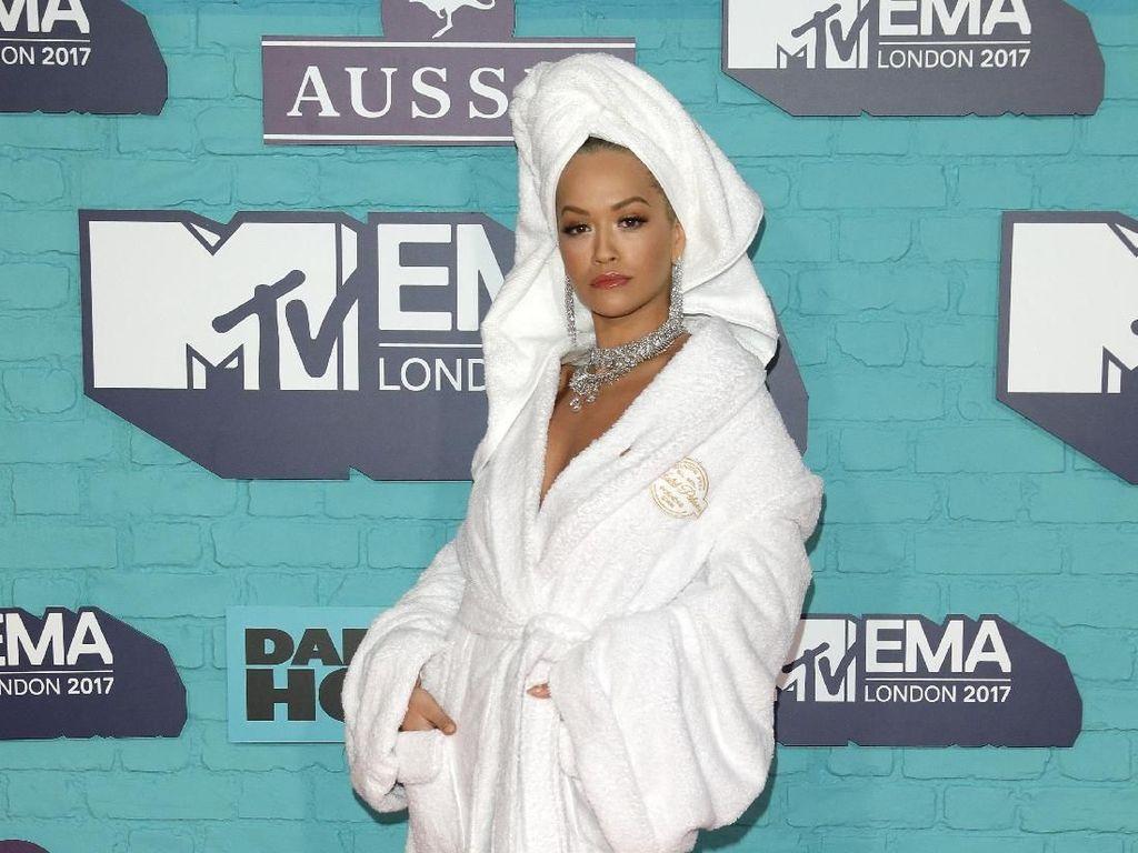 Yay or Nay? Rita Ora Tampil di Red Carpet MTV EMA hanya Pakai Handuk