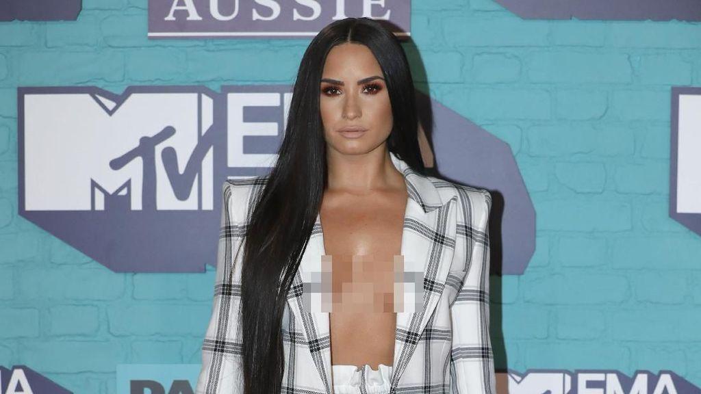 Foto: Demi Lovato Seksi Berjas Tanpa Bra, Tiru Kim Kardashian?