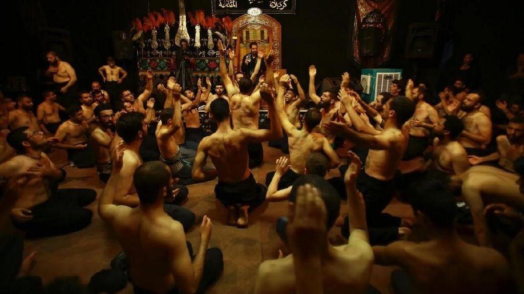 Foto: Melihat Ritual Cambuk Diri di Irak