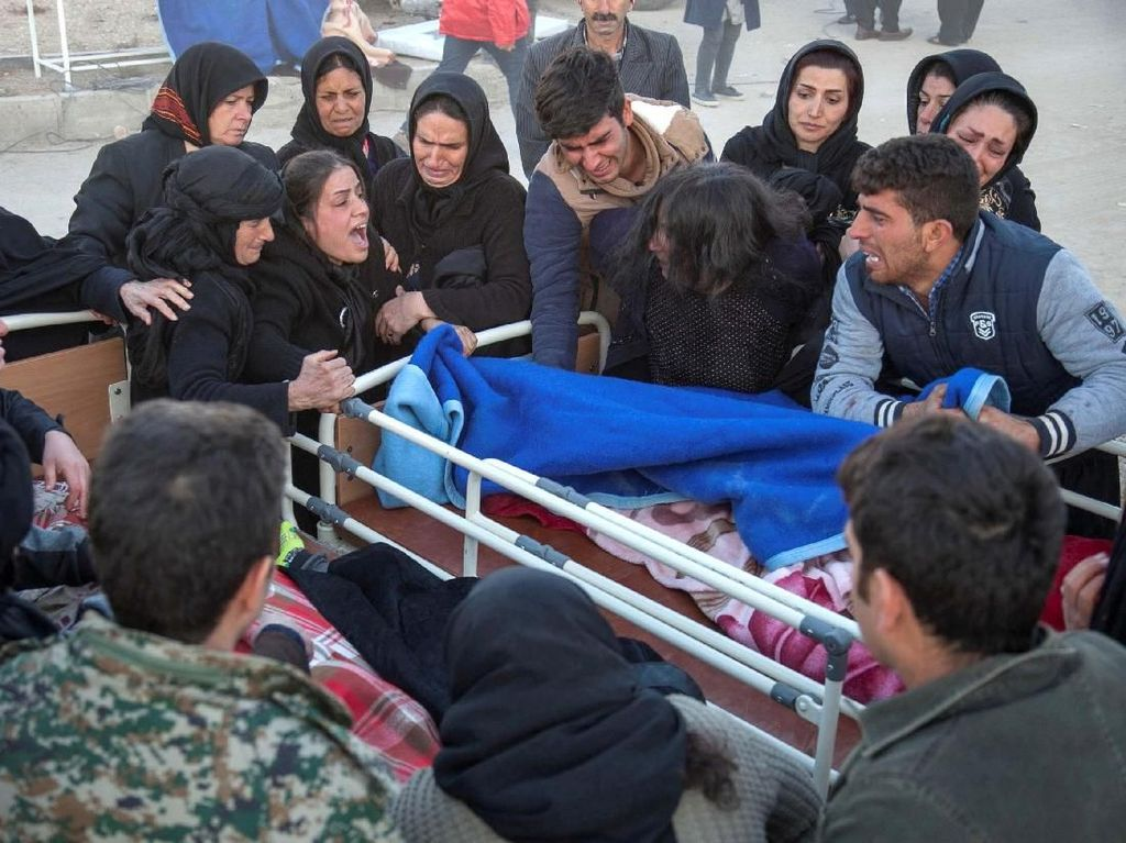 Foto: Isak Tangis Keluarga Korban Gempa Irak-Iran