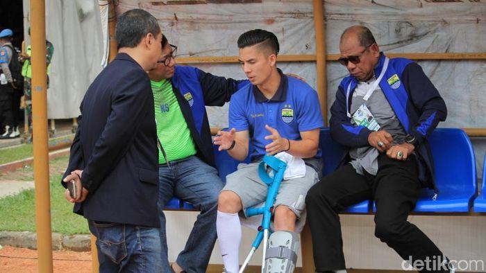 Cedera itu didapatkan Kim Kurniawan usai dilanggar striker Persija, Rudi Widodo, pada menit kesepuluh. (Wisma Putra/detikSport)