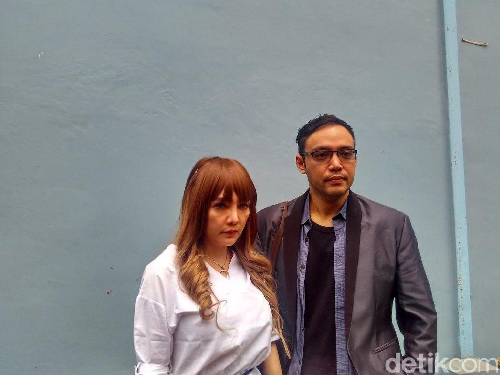 Ibu Tak Beri Restu, Sandy Tumiwa Tunda Pernikahan
