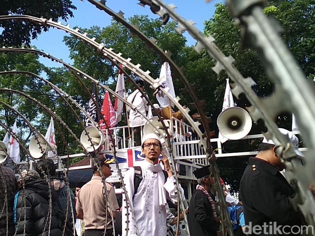 Foto: Massa Alumni 212 Penuhi Lokasi Sidang Vonis Buni Yani