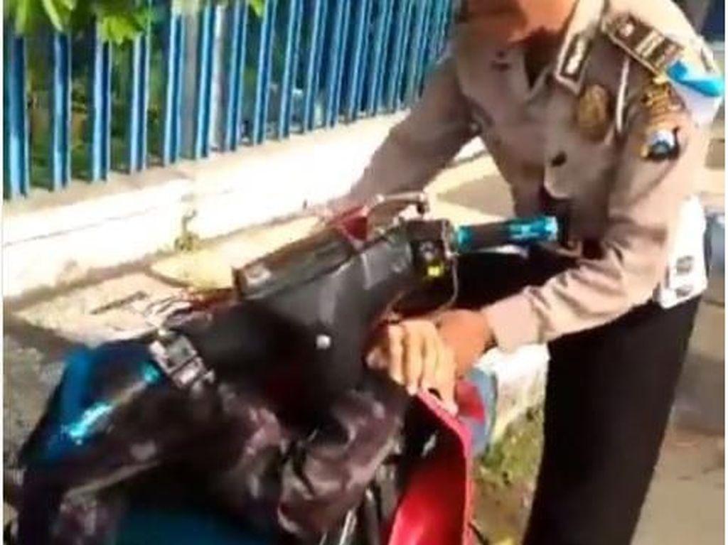 Terjaring Operasi Zebra, Bocah SMP Ini Nangis Sambil Peluk Motor