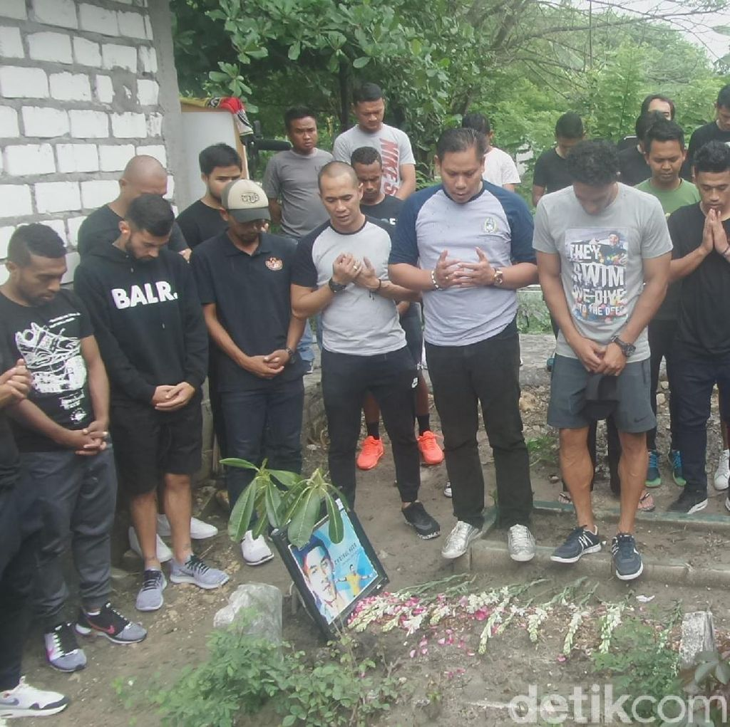 Jelang Tribute Match, Timnas All Star Ziarah ke Makam Choirul Huda