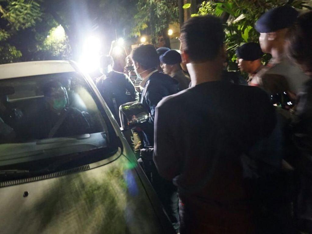 Brimob Kawal Belasan Penyidik KPK yang Keluar dari Rumah Novanto