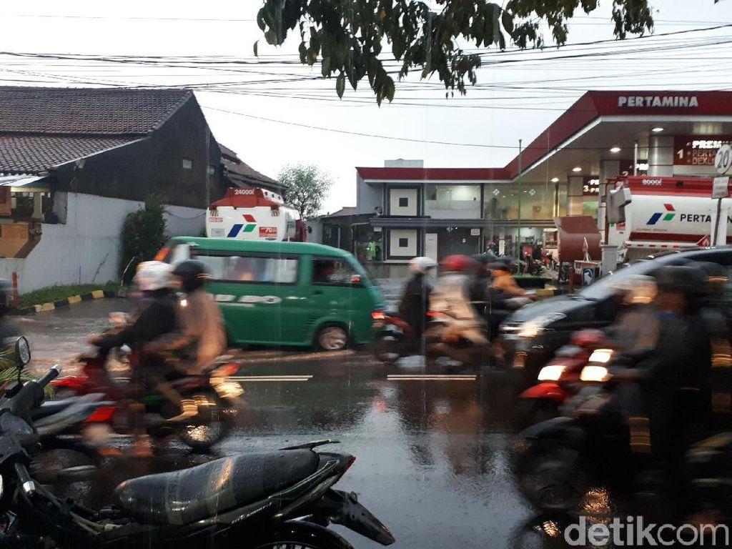 Banjir Nyaris Satu Meter Terjang SPBU Cikadut Bandung