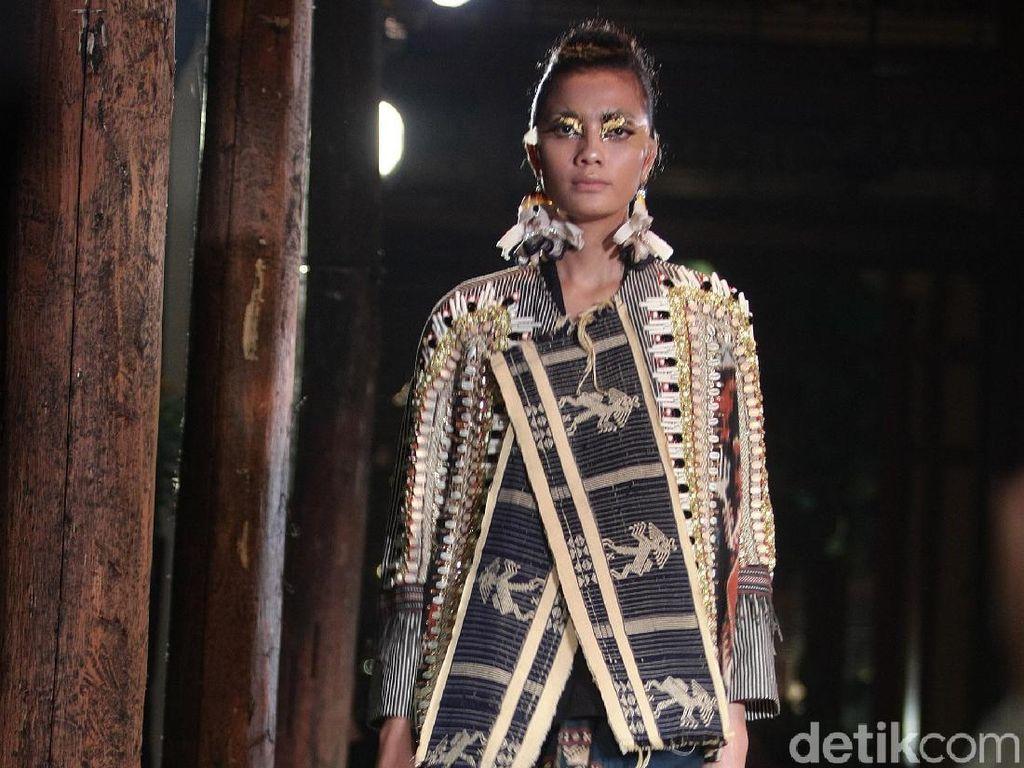 Pesona Tenun Sumba dalam Karya Terbaru Biyan Wanaatmadja