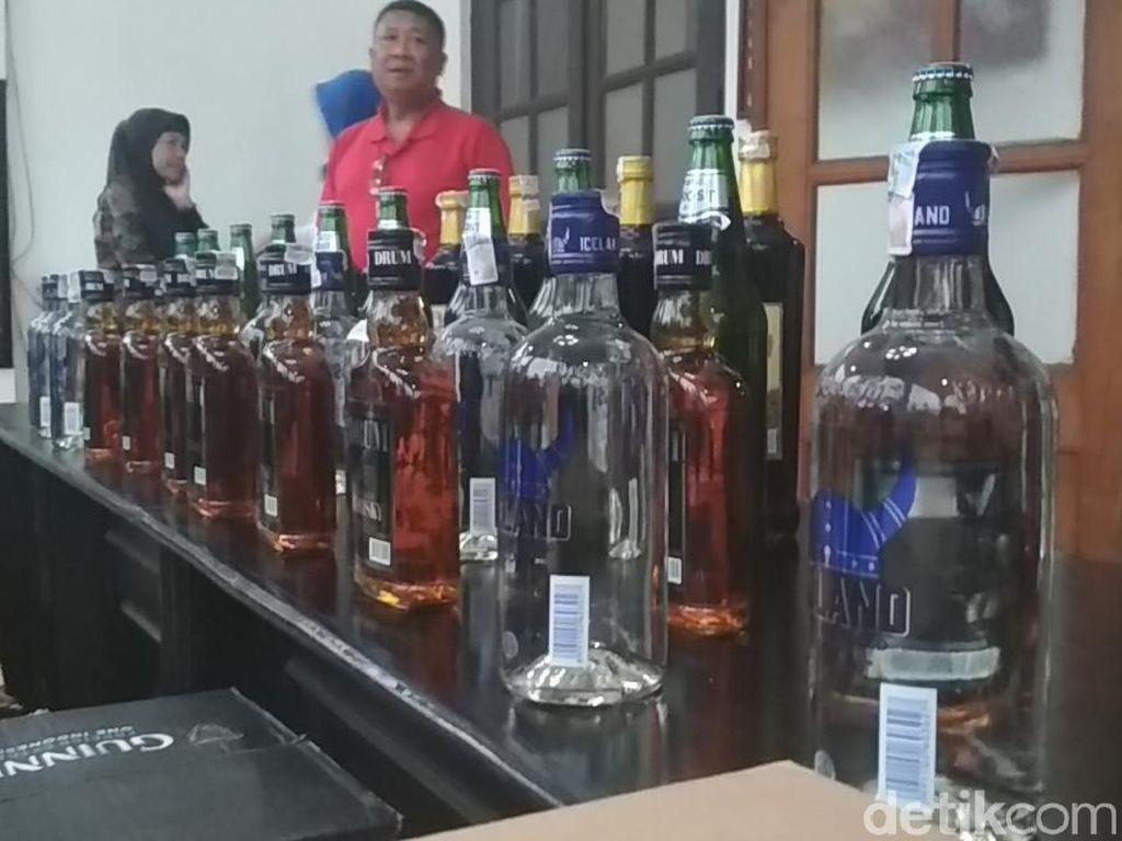 Polisi Bandung Sita 3.000 Botol Miras di Toko Kelontongan
