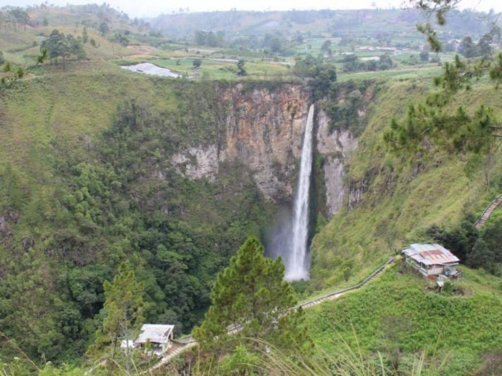 Air Terjun Berbentuk Pisau di Sumatera Utara