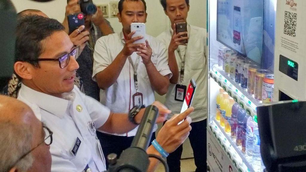 Wagub DKI Sandiaga Uno Jajal Aplikasi JakOne Mobile