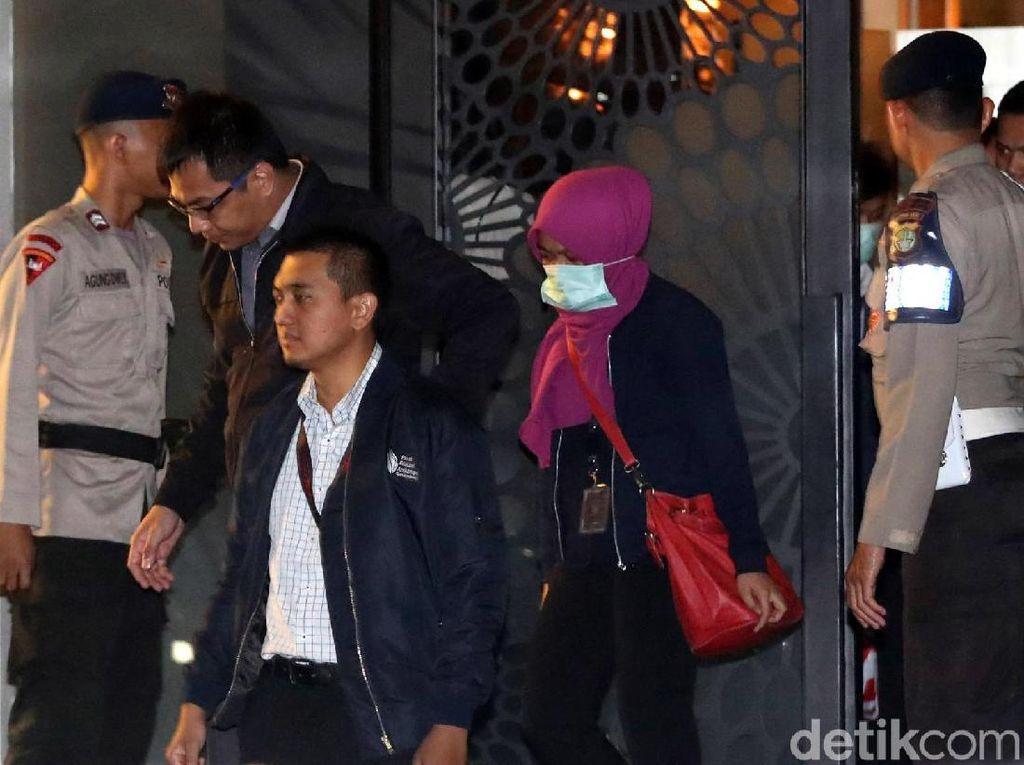 Dikawal Brimob, Tim KPK Bawa Koper Keluar dari Rumah Novanto