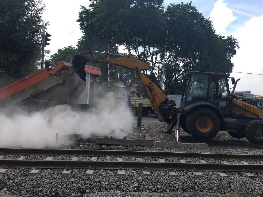 Alat Berat Bongkar Pos Perlintasan Kereta Api Lama di Wonokromo