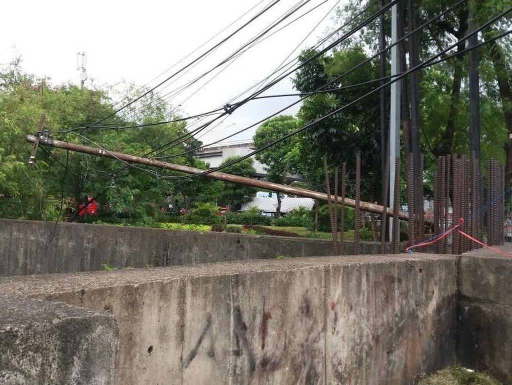 Penampakan Tiang Listrik yang Roboh dan Nangkring di Atas Tol