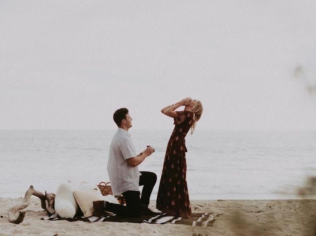 Lucu Tapi Romantis, Video Viral Pria yang Tabrak Pacar Saat Akan Dilamar