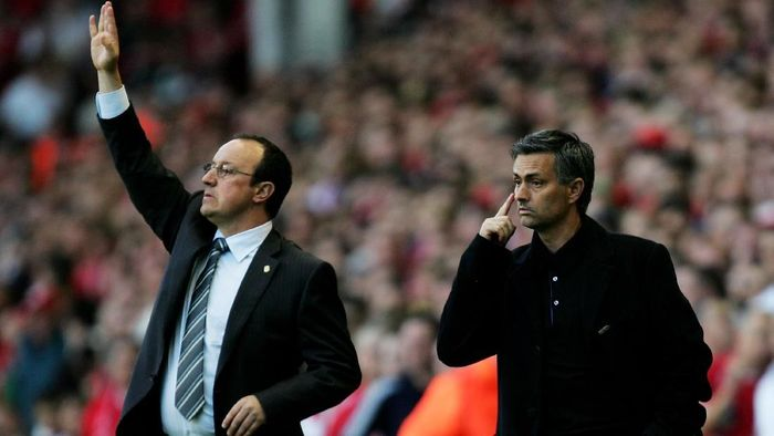 LIVERPOOL, UNITED KINGDOM - MAY 01:  Jose Mourinho (R) Manager of Chelsea and Rafael Benitez (L) Manager of Liverpool shout instructions from the side lines during the UEFA Champions League semi final second leg match between Liverpool and Chelsea at Anfield on May 1, 2007 in Liverpool, England.  (Photo by Mark Thompson/Getty Images)