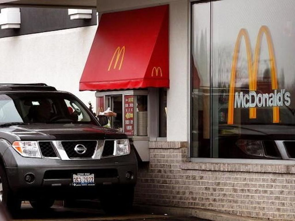 Kocak, Ada Sapi Ikut Antre Naik Mobil di Drive Thru McDonalds