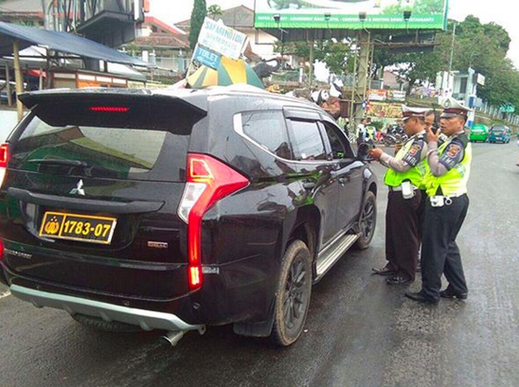 Bagaimana Bedakan Pelat Mobil Dinas Polisi Asli dan Palsu?