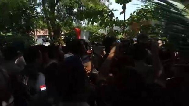 Ricuh di Pulau Pari, Warga Tolak Pemasangan Plang oleh Polisi
