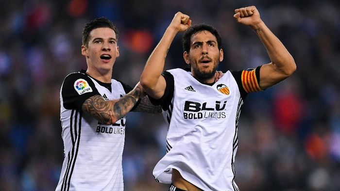 Santi Mina dan kapten tim Dani Parejo merayakan gol pertama Valencia (David Ramos/Getty Images)