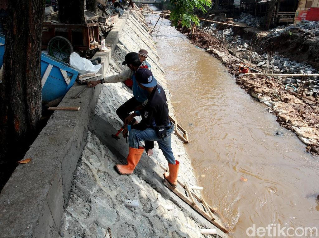 Sungai di Srengseng Sawah Diturap