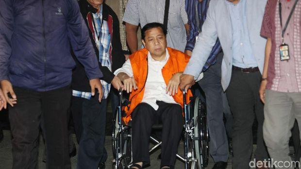 Diperiksa Perdana KPK Sebagai Tersangka, Novanto Menyatakan Tak Sehat