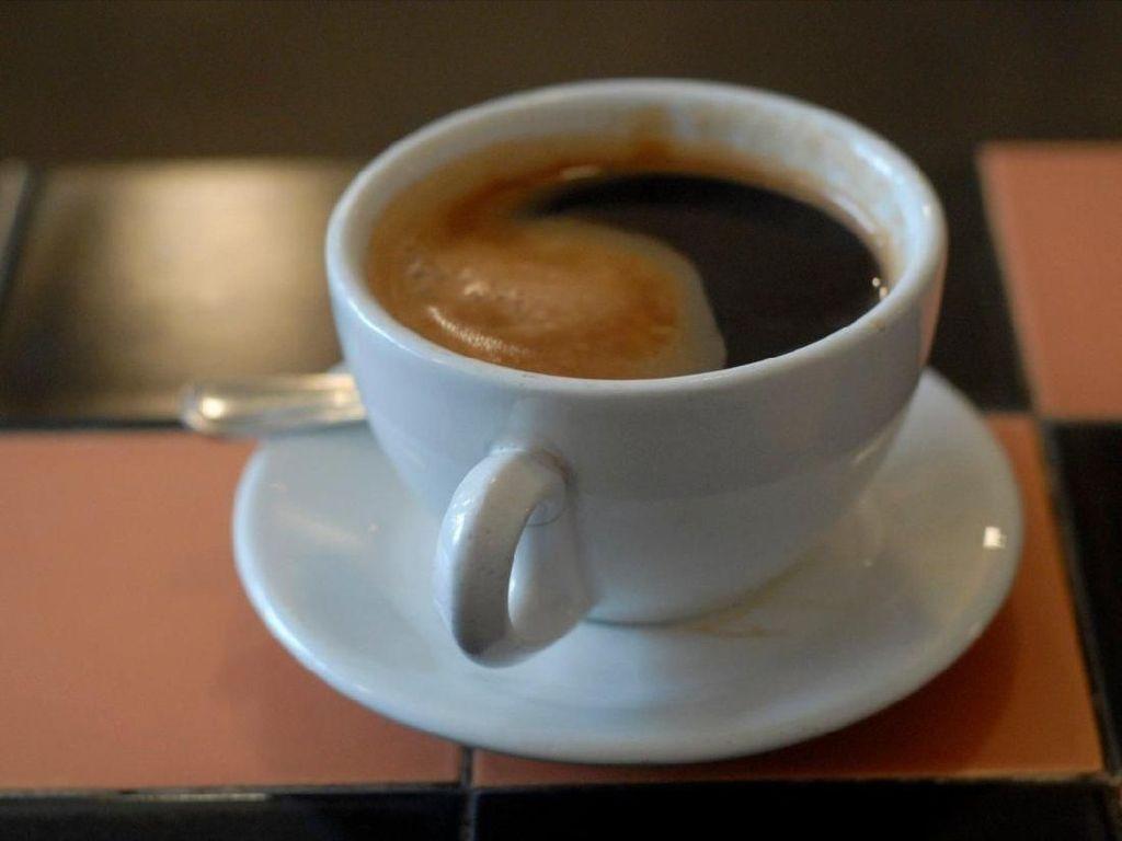 Apa Benar Minum Kopi dan Teh Bisa Lancarkan BAB di Pagi Hari?