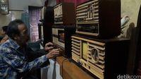 Pria berusia 75 tahun itu sudah tidak perlu diragukan lagi kepiawaiannya memperbaiki radio antik berbentuk tabung   Foto: Muklis Dinillah / detikcom