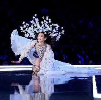 Model China Ungkap Kesedihannya Terjatuh di Fashion Show Victoria's Secret