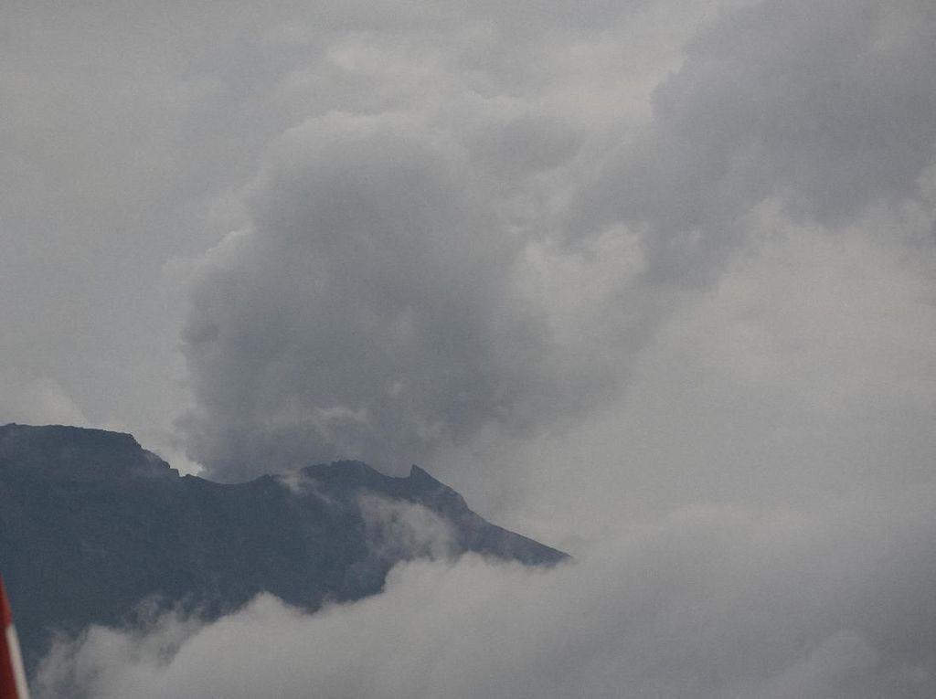 Foto: Asap Kelabu Menyembur dari Puncak Gunung Agung