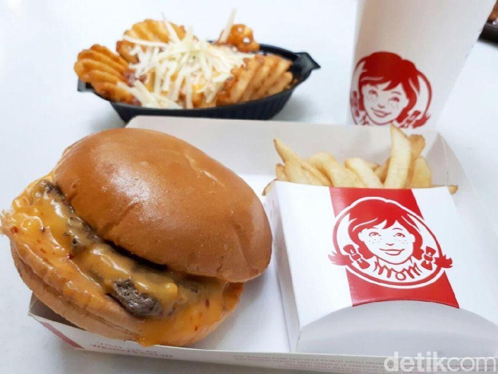 Yang Baru dari Wendys, Burger dan Waffle French Fries Berlumur Saus Keju