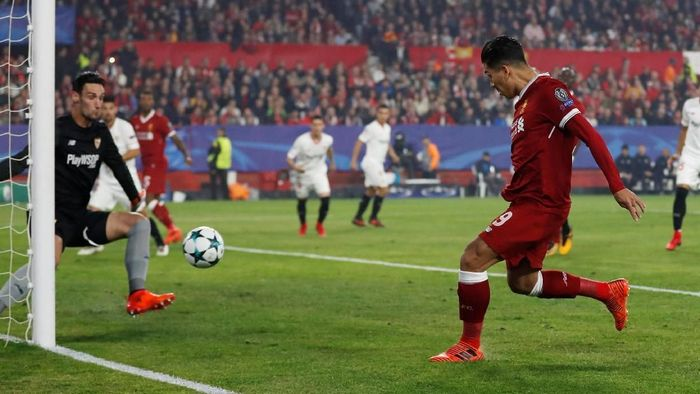Liverpool mengawali matchday 5 di Ramon Sanchez Pizjuan, Rabu (22/11/2017) dini hari WIB, dengan meyakinkan. Laga baru berjalan dua menit, Liverpool sudah unggul berkat gol Roberto Firmino. Foto: Matthew Childs/Action Images via Reuters