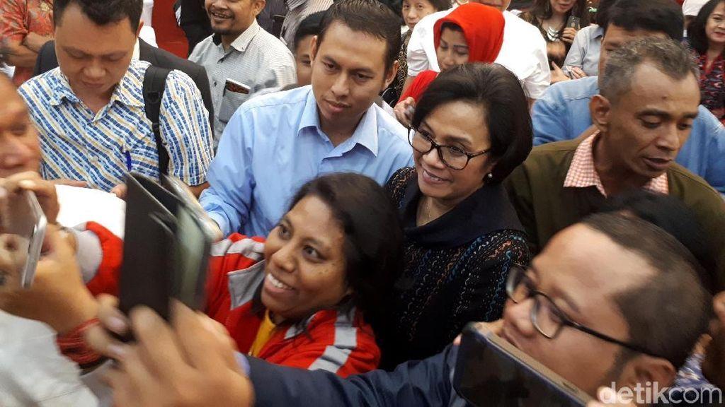 Sri Mulyani Jadi Sasaran Selfie di Acara Ormas Pro Jokowi