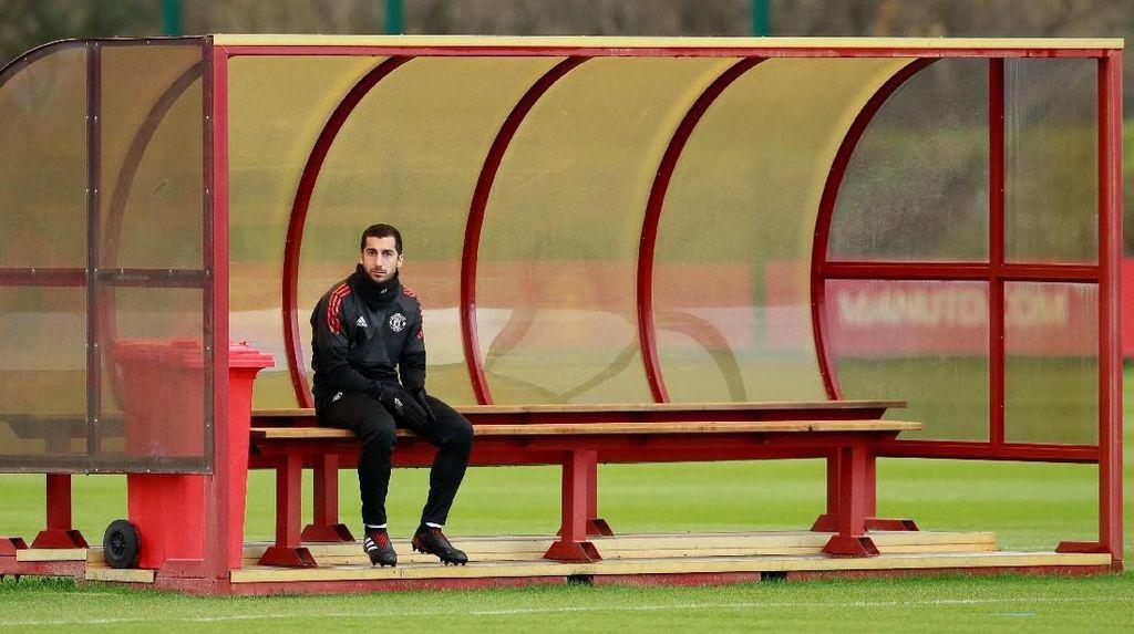 Foto: Mkhitaryan Duduk Sendirian di Sesi Latihan Penuh Senyuman