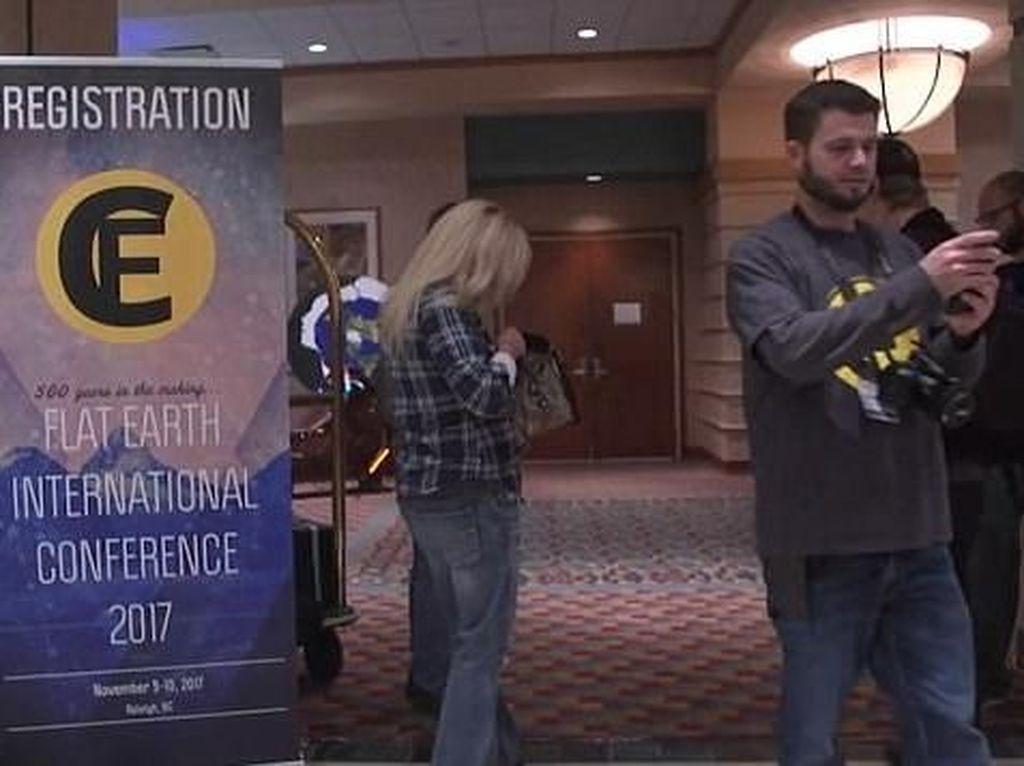 Mengintip Suasana Konferensi Pertama Penganut Bumi Datar
