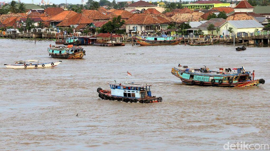 Melihat Kesibukan Sungai Musi