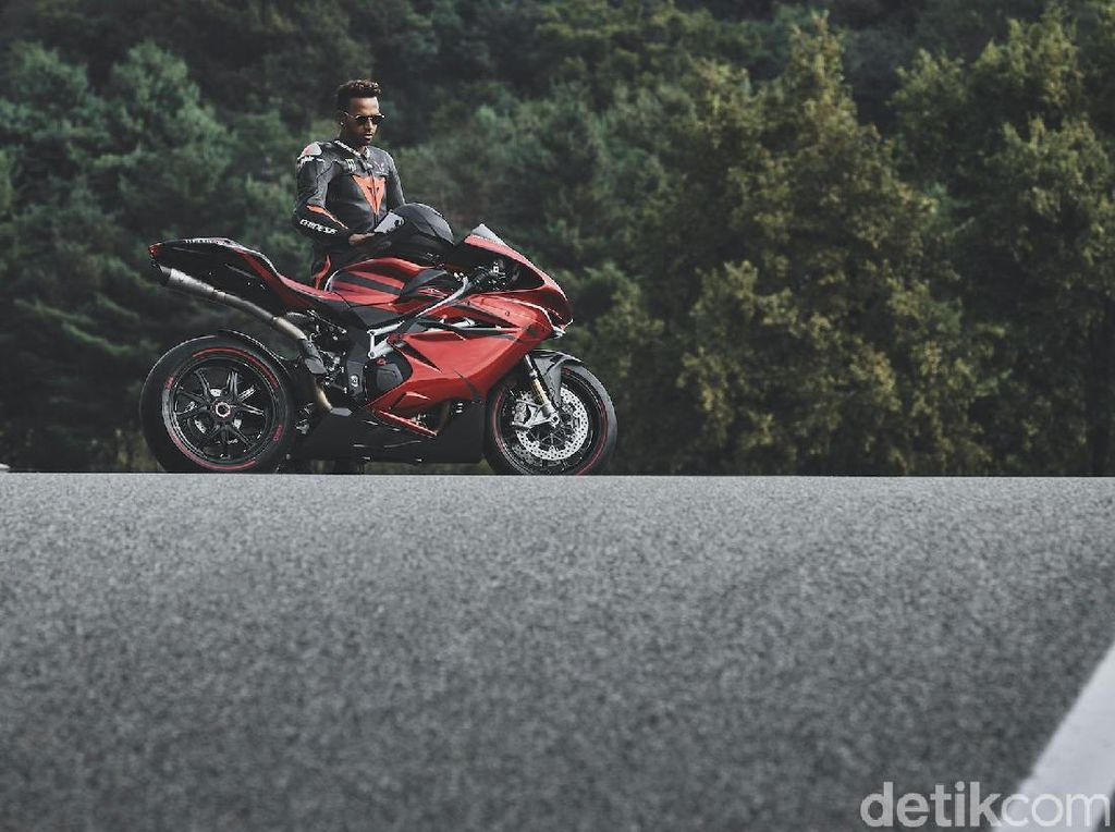 Gaya Lewis Hamilton Mengendarai Superbike