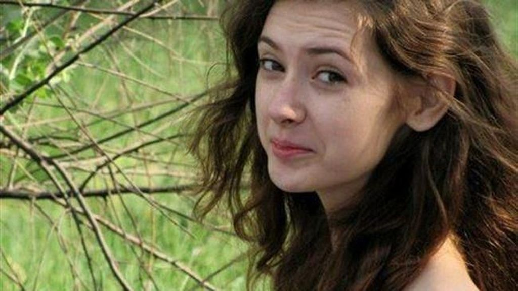 Foto: Wanita Cantik Ukraina Berleher Panjang Karena Sindrom Langka